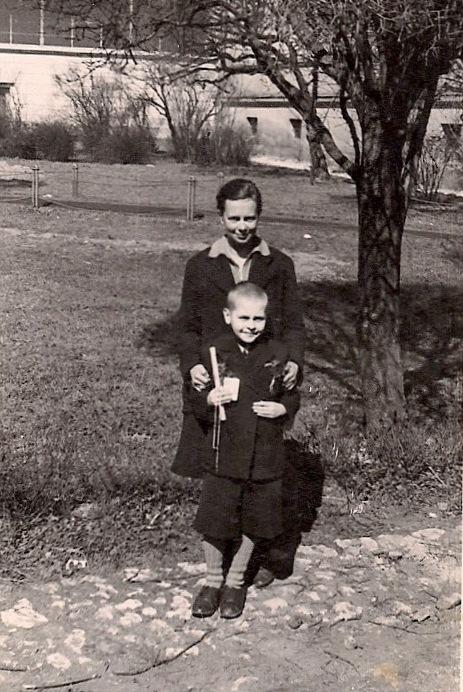 Fotografia Bohdana z matką zrobiona z okazji przystąpienia do Komunii św., Kraków 1945 r.
