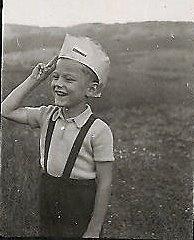 Jerzy Danielewicz świetuje zakończenie wojny, 9 maja 1945 r. Ze zbiorów J. Danielewicza.