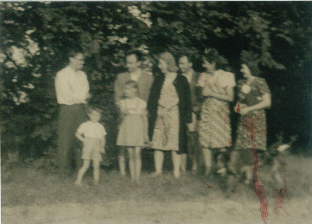 Lipków k. Warszawy, 1943 r. Od prawej: dr Jung, p. Inwald, żona dr Junga, p. Wilczak, żona p. Inwalda, p. Irena, Eugenia Herbst oraz dzieci: Jerzy i Teresa Herbst oraz pies Dżim. Dar Teresy Winkler.