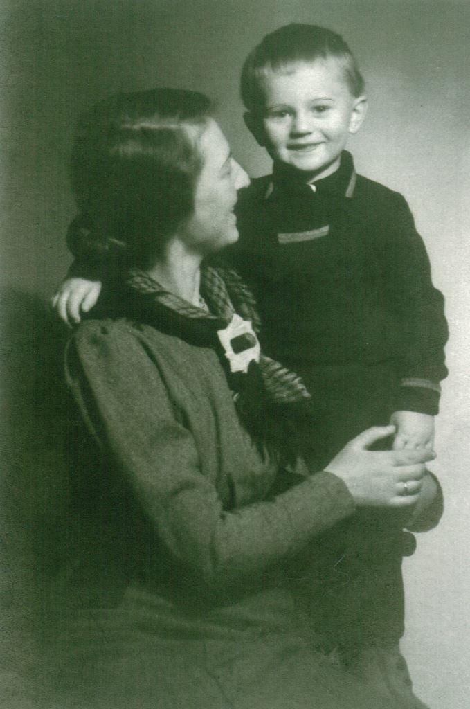 Eleonora Ostrowska z synem Andrzejem Markiem, Warszawa 1942 r., ze zbiorów Andrzeja Ostrowskiego.